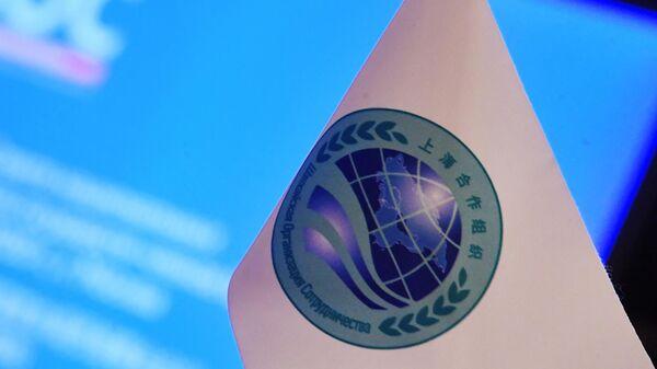 Флажок и планшет с символикой ШОС - Sputnik Узбекистан