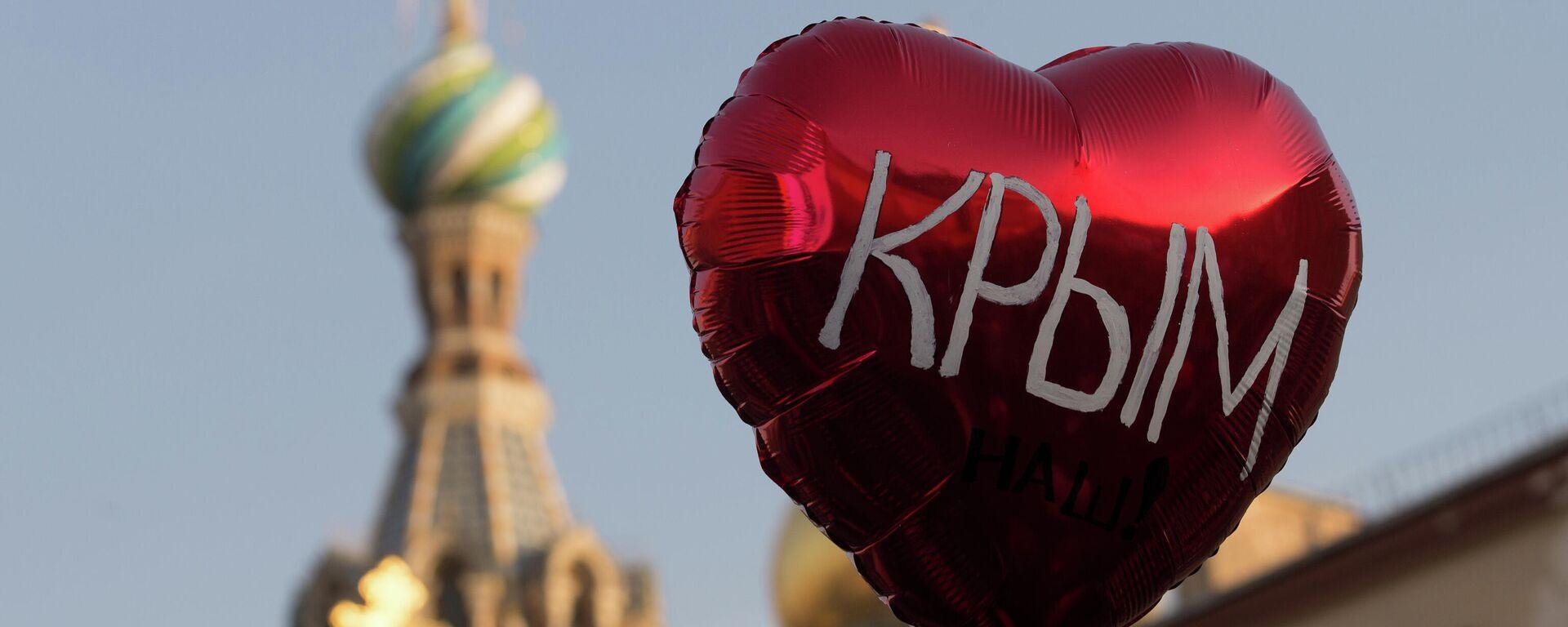 Воздушный шар во время праздничного митинга в Санкт-Петербурге в честь воссоединения Крыма и Севастополя с Россией - Sputnik Узбекистан, 1920, 25.07.2021