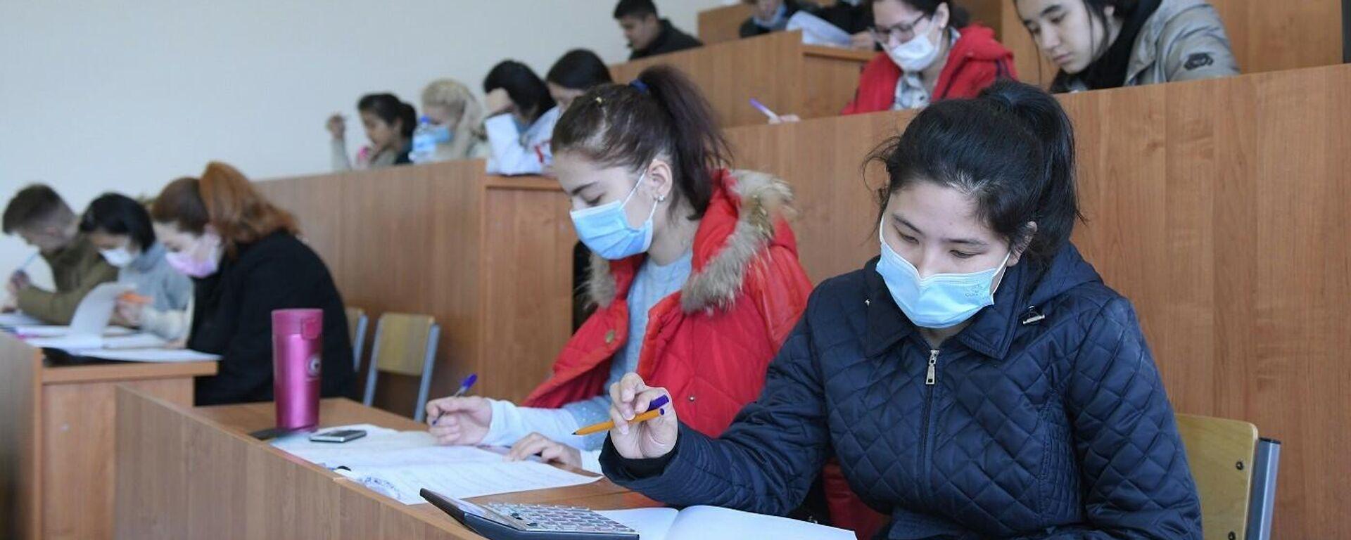 Абитуриенты сдают вступительные экзамены для обучения в российских вузах по бесплатной квоте - Sputnik Узбекистан, 1920, 14.03.2021