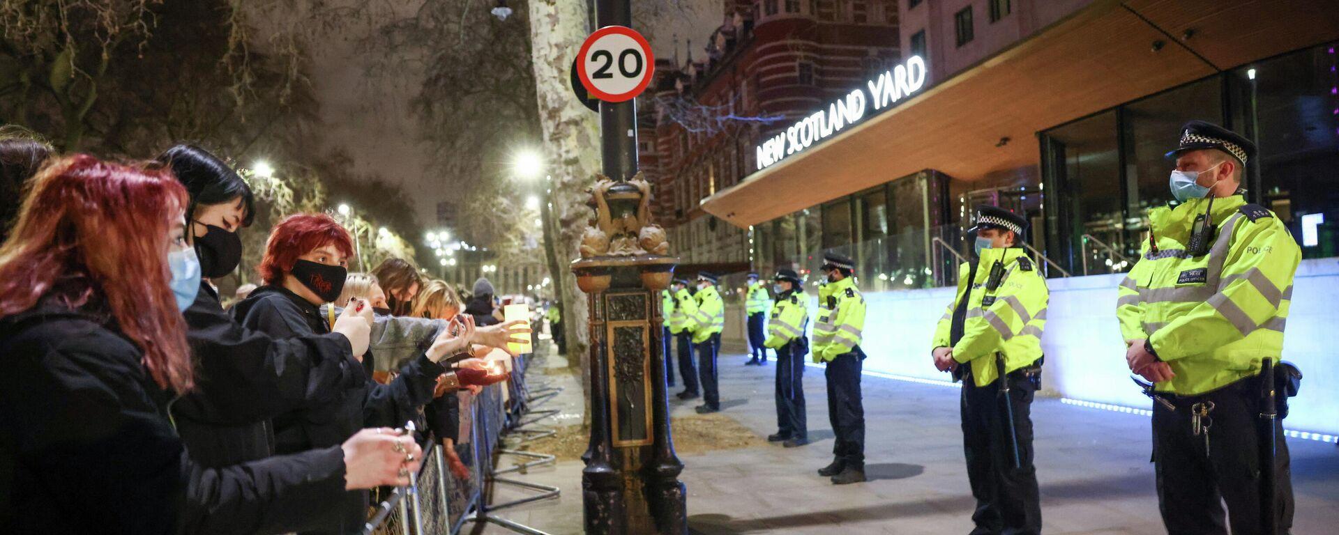 Протесты у здания Скотланд-Ярда в Лондоне после убийства Сары Эверард  - Sputnik Узбекистан, 1920, 16.03.2021