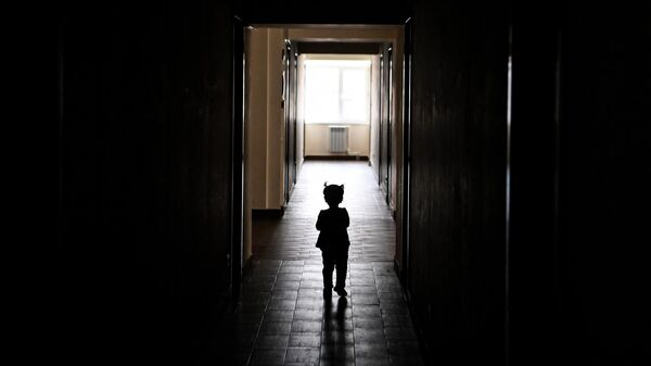 Ребенок идет по коридору, иллюстративное фото - Sputnik Узбекистан