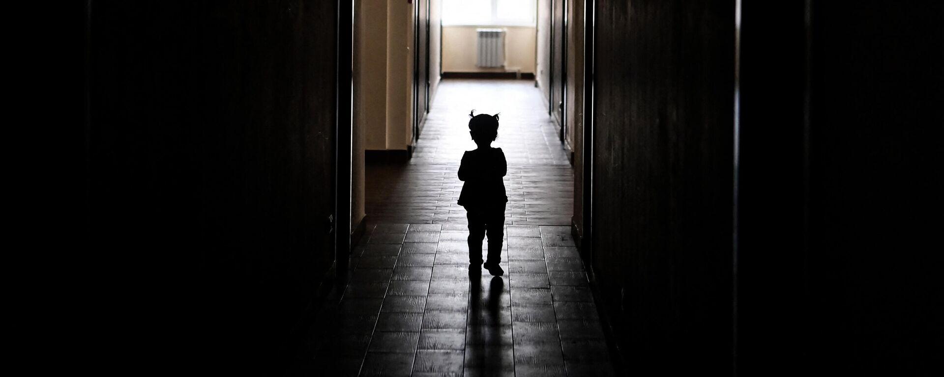 Ребенок идет по коридору, иллюстративное фото - Sputnik Узбекистан, 1920, 26.03.2021