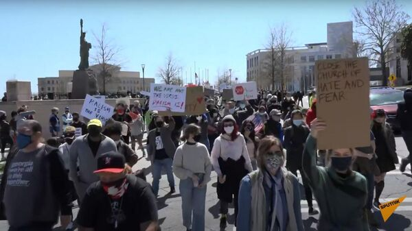 """""""Не стой рядом со мной"""": стрельба в США переросла в митинги в защиту азиатов - Sputnik Узбекистан"""