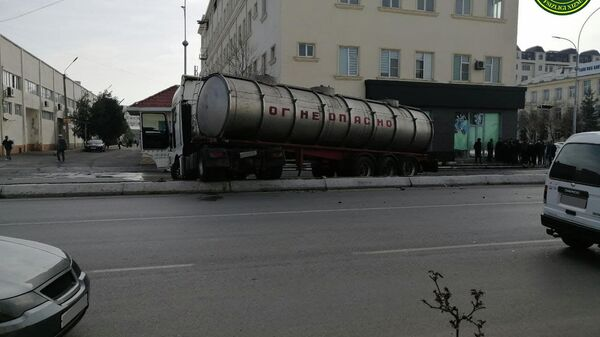 В Фергане Cobalt столкнулся с нефтевозом - Sputnik Узбекистан