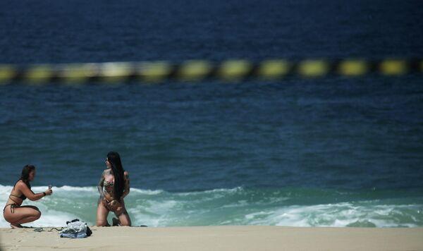 Рио-де-Жанейро, пляжда қизлар суратга тушишмоқда. - Sputnik Ўзбекистон