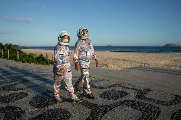 Севишганлар космонавтлар костюмида Ипанема пляжида сайр қилишмоқда. Улар бундай кийим коронавирусга қарши энг яхши ҳимоя деб ҳисоблашади. - Sputnik Ўзбекистон