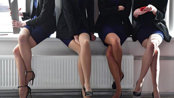 Девушки, сидящие на подоконнике - Sputnik Узбекистан
