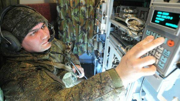 Военнослужащий ВС РФ работает со средствами радиоэлектронной борьбы  - Sputnik Узбекистан