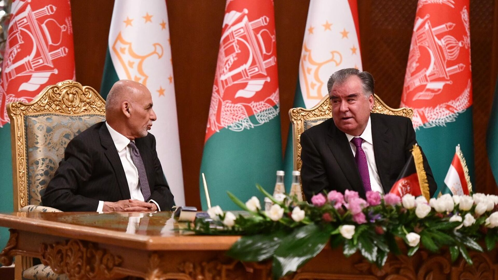 Президент Таджикистана Эмомали Рахмон (справа) и президент Афганистана Мухаммад Ашраф Гани - Sputnik Узбекистан, 1920, 31.03.2021