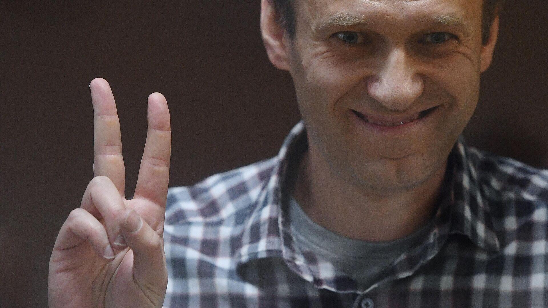 Алексей Навальный в зале Бабушкинского районного суда, где проходит выездное заседание по апелляции на решение суда о замене для него условного наказания на реальное по делу Ив Роше. Съемка через стекло. - Sputnik Ўзбекистон, 1920, 08.09.2021