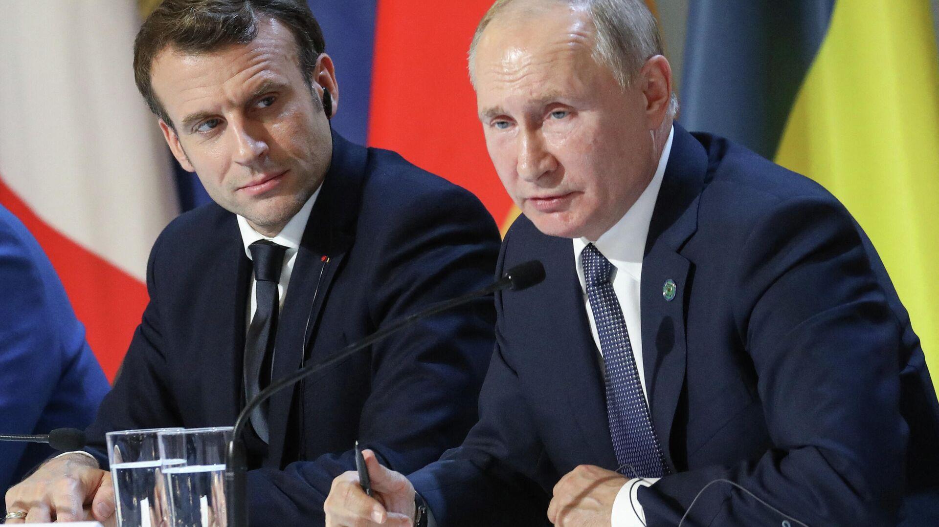 Президент Франции Эммануэль Макрон и российский лидер Владимир Путин - Sputnik Узбекистан, 1920, 02.04.2021