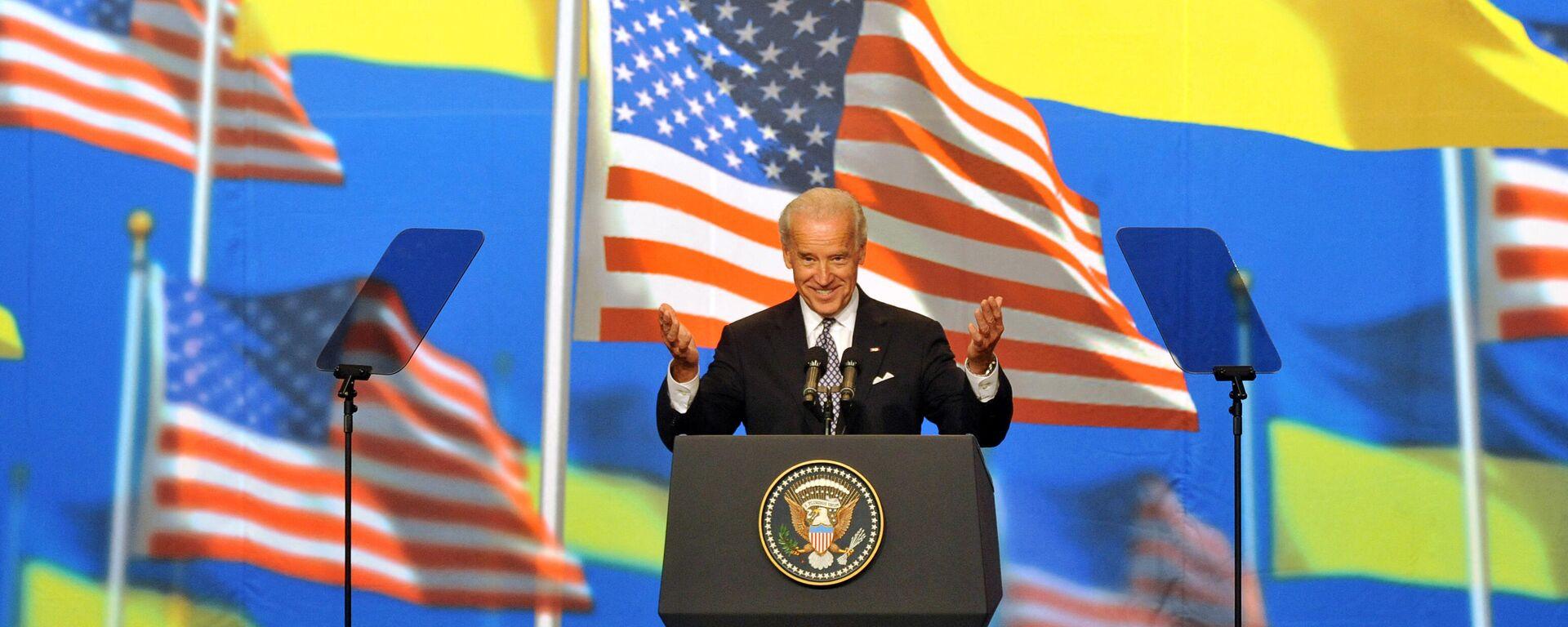 Джо Байден приветствует жителей Киева, Украина. 22 июля 2009 года - Sputnik Узбекистан, 1920, 06.04.2021