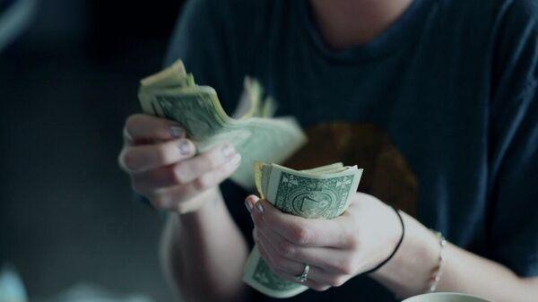 Женщина пересчитывает доллары - Sputnik Узбекистан