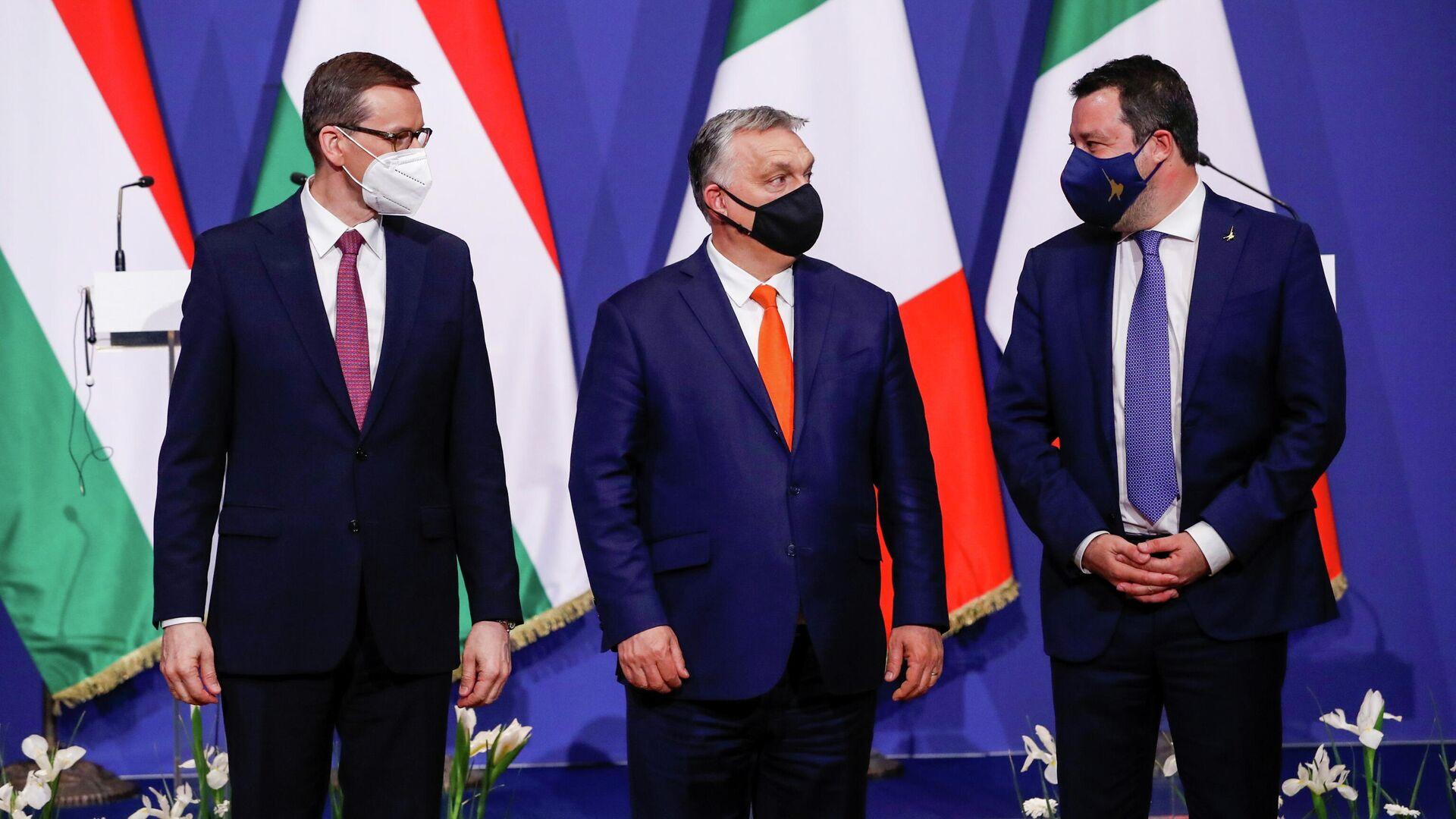 Премьер-министр Польши Матеуш Моравецки, премьер-министр Венгрии Виктор Орбан, лидер итальянской партии Лига Севера Маттео Сальвини на встрече в Будапеште - Sputnik Узбекистан, 1920, 10.04.2021