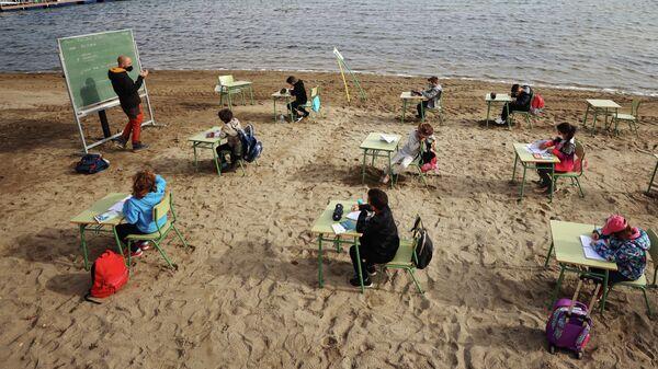 В Испании школьные занятия начали проводить на пляже - Sputnik Узбекистан