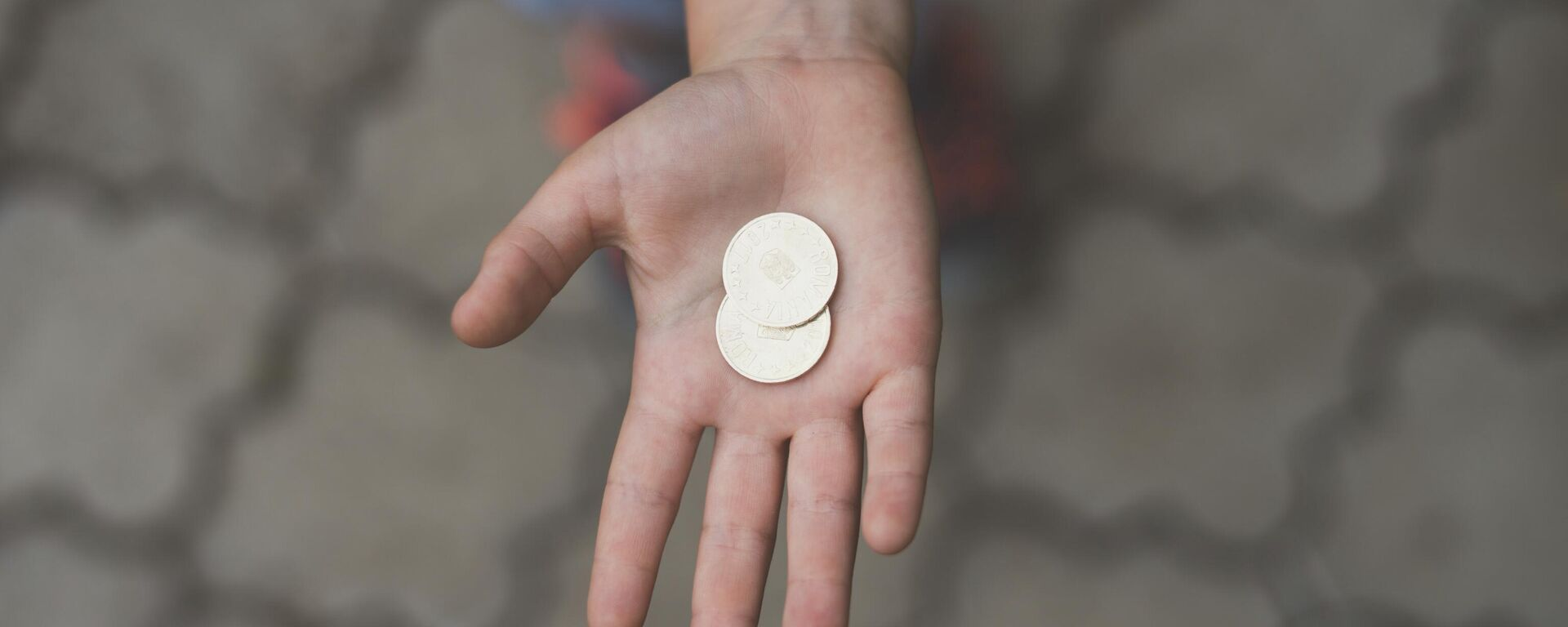 Монеты на ладони - Sputnik Узбекистан, 1920, 15.04.2021