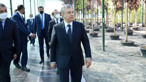 Президент Узбекистана Шавкат Мирзиёев проверил, как идет строительство нового туристического центра в Самаркандской области - Sputnik Узбекистан
