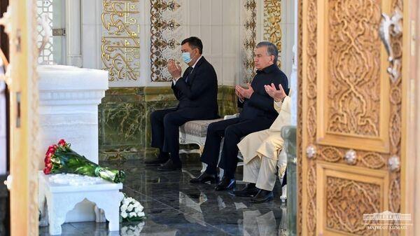 Президент Узбекистана Шавкат Мирзиёев почтил память первого главы государства Ислама Каримова - Sputnik Узбекистан