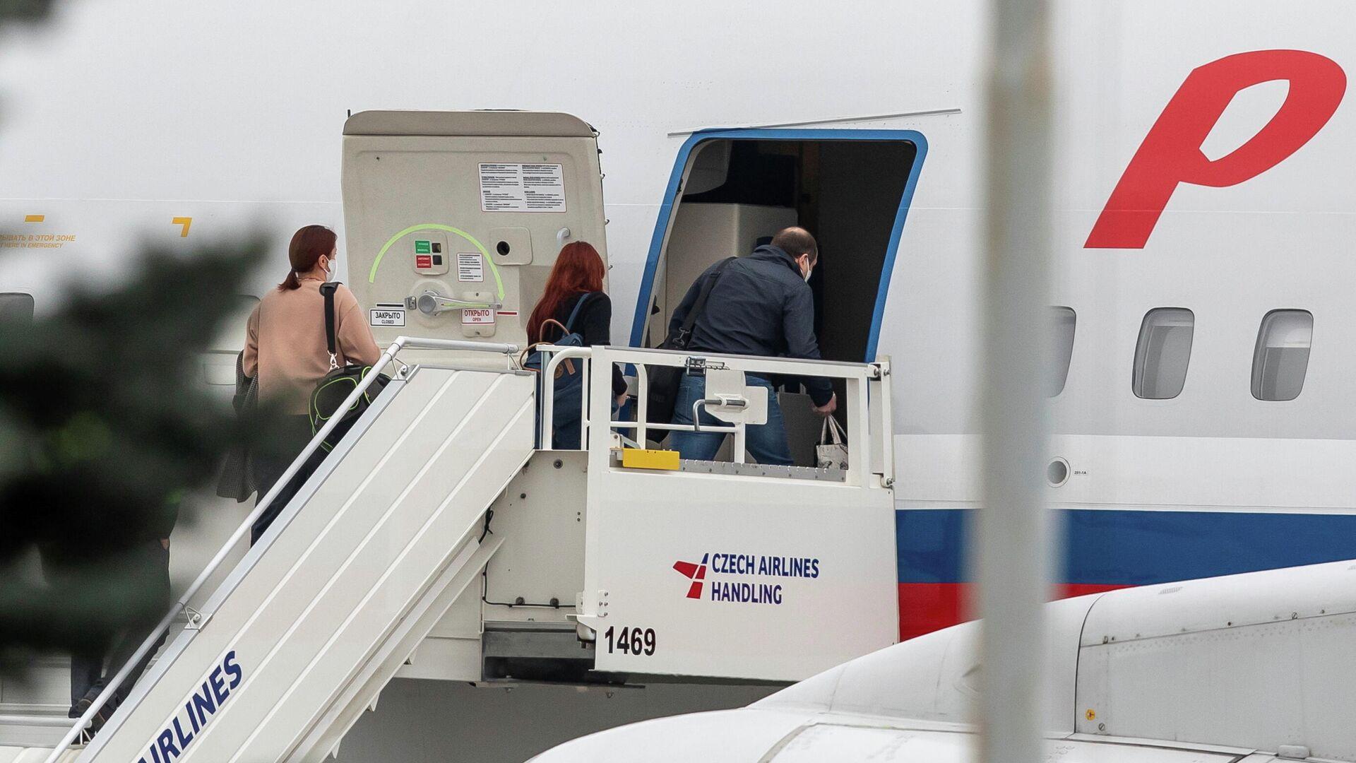 Российские дипломаты заходят в самолет авиакомпании Россия в аэропорту Праги - Sputnik Узбекистан, 1920, 20.04.2021