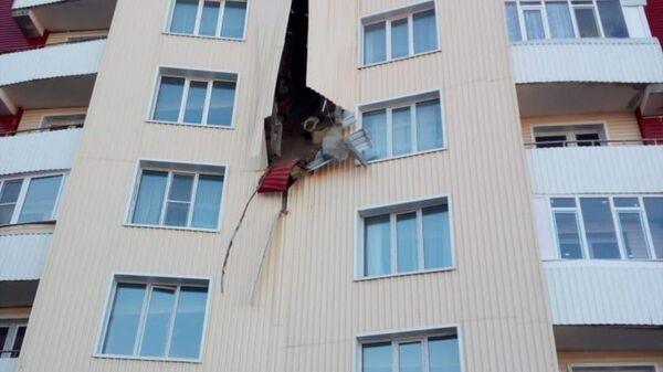 Обшивка многоэтажного дома обрушилась в Усть-Каменогорске, Казахстан - Sputnik Узбекистан