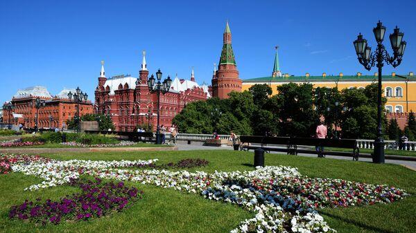Цветник на Манежной площадь в Москве. - Sputnik Узбекистан