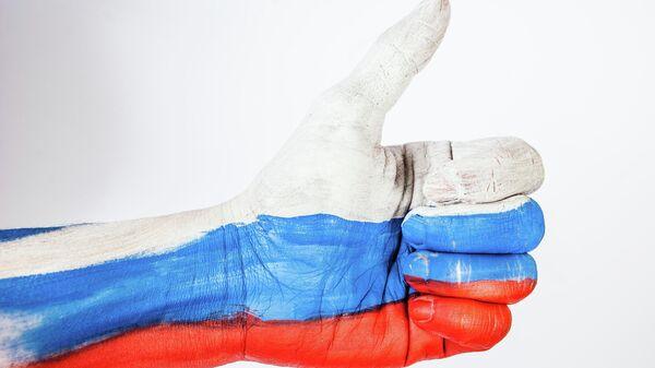 Рука, окрашенная в российский триколор - Sputnik Узбекистан