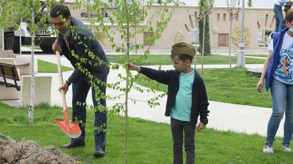 Акция Сад памяти в Парке Победы в Ташкенте - Sputnik Узбекистан