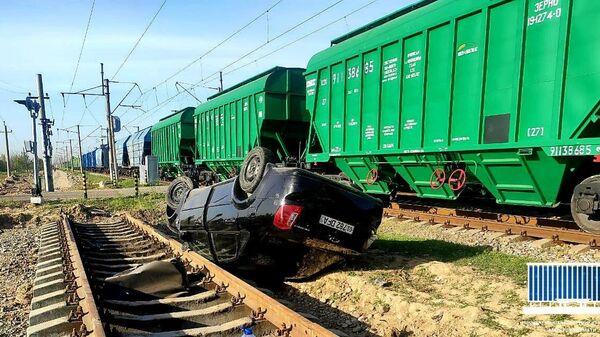 25 апреля в 05.55 в Ташкентской области автомобиль столкнулся с товарным поездом - Sputnik Узбекистан