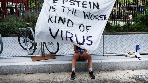 Девушка протестует против Джеффри Эпштейна - Sputnik Узбекистан