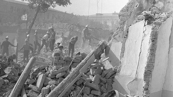 Ликвидация последствий разрушительного землетрясения в Ташкенте в 1966 году. Добровольцы работают на разборе завалов жилых домов - Sputnik Узбекистан