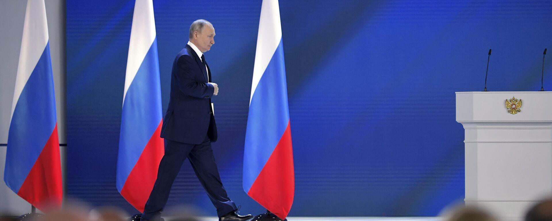 Президент РФ Владимир Путин перед началом выступления с ежегодным посланием Федеральному Собранию - Sputnik Узбекистан, 1920, 30.06.2021