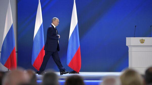 Президент РФ Владимир Путин перед началом выступления с ежегодным посланием Федеральному Собранию - Sputnik Узбекистан