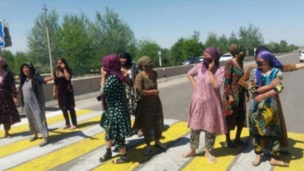 Жительницы Кашкадарьинской области перекрыли дорогу с требованием построить школу в их селе - Sputnik Узбекистан
