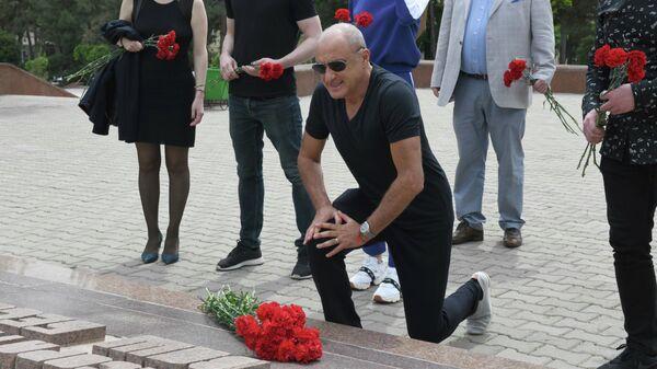 Михаил Турецкий возложил цветы на Волгоградском кладбище в Ташкенте - Sputnik Узбекистан