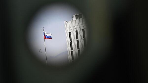 Российский флаг на посольстве РФ в США - Sputnik Узбекистан