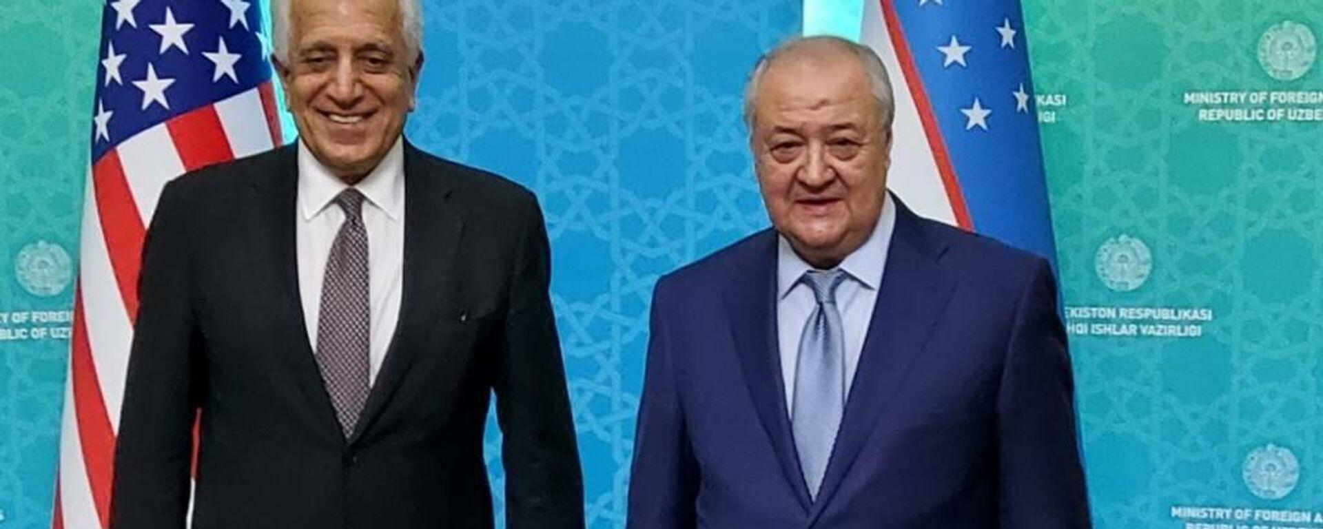 Глава МИД Узбекистана Абдулазиз Камилов (справа) провел переговоры со Специальным представителем США по афганскому примирению Залмаем Халилзадом (слева) - Sputnik Узбекистан, 1920, 02.05.2021