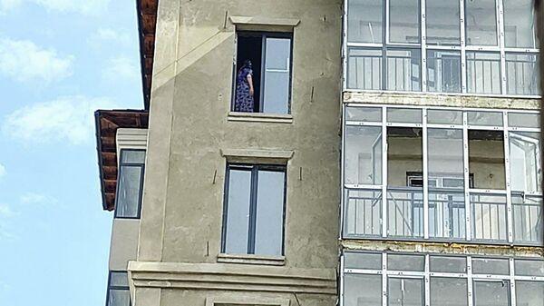 Жительница махалли Ф. Хужаева пыталась спрыгнуть с 8-го этажа недостроенного дома на улице Ибрагима Муминова - Sputnik Узбекистан