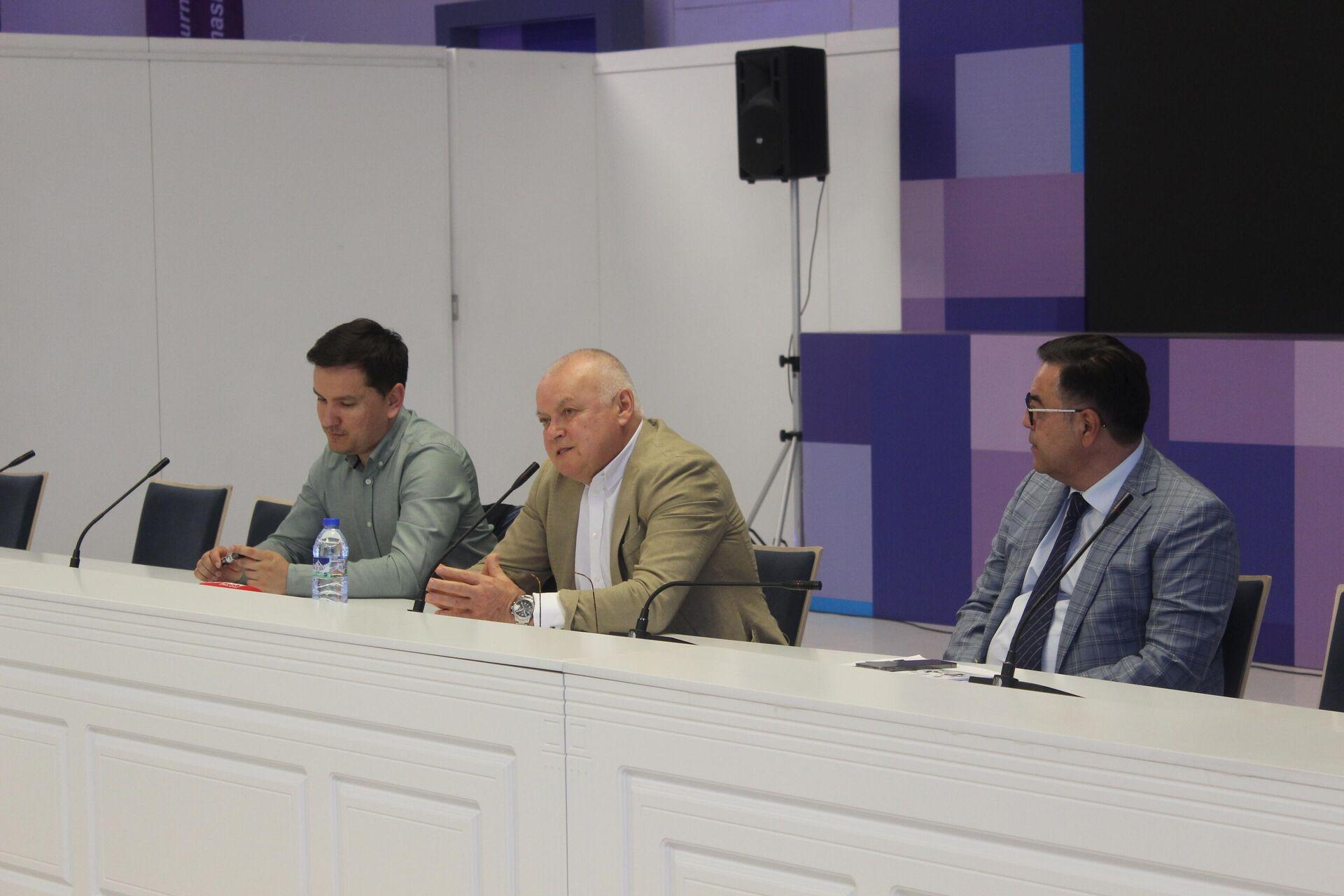 Генеральный директор МИА Россия сегодня Дмитрий Киселев во время мастер-класса с молодыми журналистами из Узбекистана - Sputnik Узбекистан, 1920, 03.05.2021