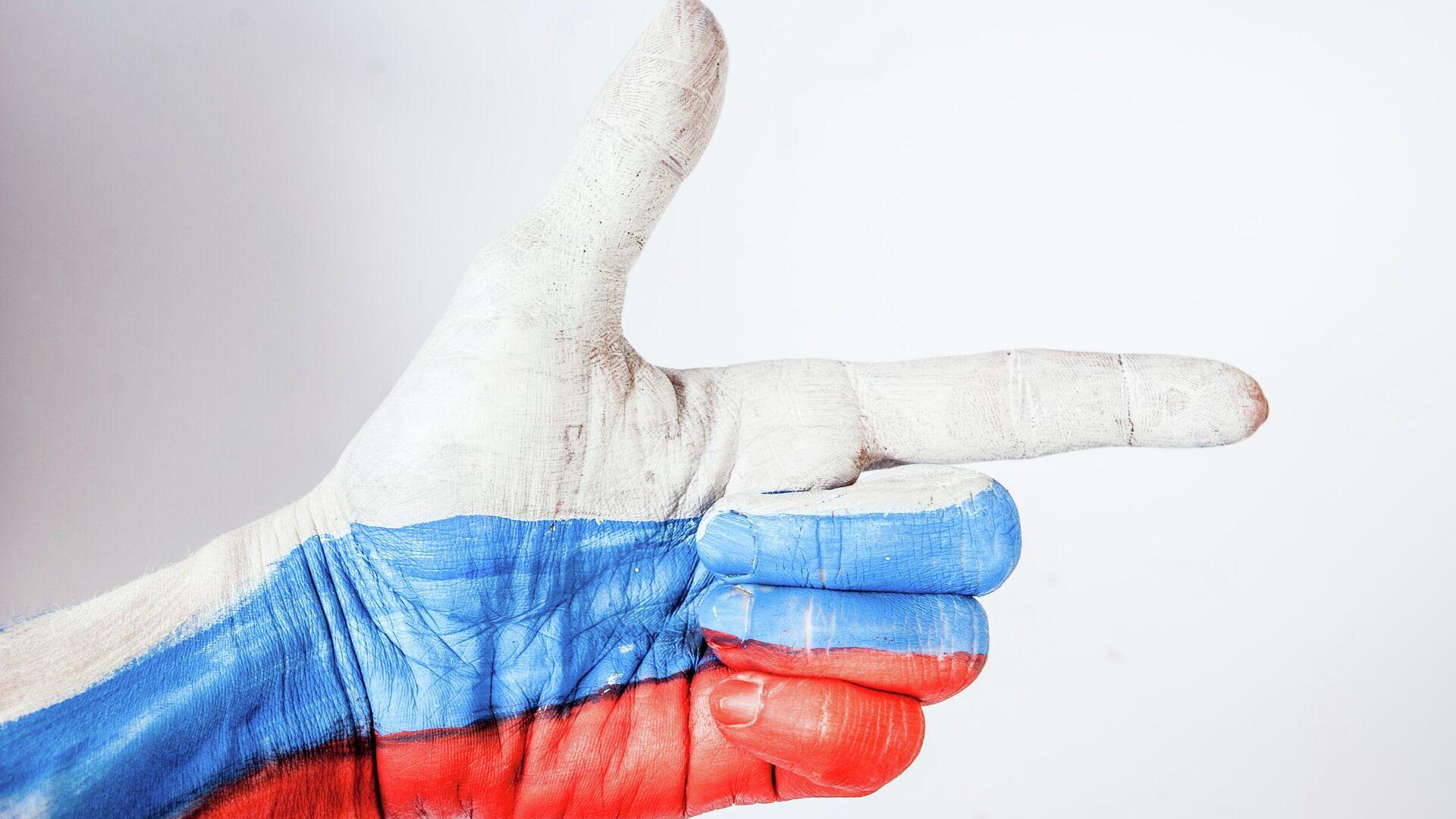 Российский триколор на руке - Sputnik Узбекистан, 1920, 04.05.2021