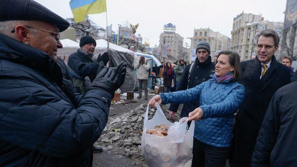 Заместитель госсекретаря США Виктория Нуланд и посол США в Украине Джеффри Пайетт на площади Независимости в Киеве - Sputnik Узбекистан