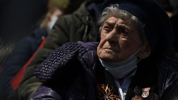 Ветеран Великой Отечественной войны наблюдает за генеральной репетицией парада в честь 76-й годовщины Победы в Великой Отечественной войне в Москве - Sputnik Узбекистан