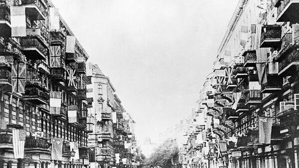 Государственные флаги СССР, США, Великобритании и Франции на одной из улиц Берлина, вывешенные в день подписания в Берлине 5 июня 1945 Декларации о поражении Германии и взятии на себя верховной власти в отношении Германии правительствами СССР, США, Великобритании и Франции - Sputnik Узбекистан