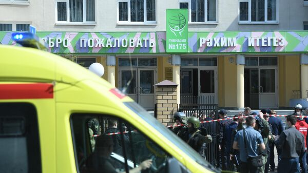 Police and paramedics work at the scene of a shooting at Gymnasium No. 175 in Kazan, Russia's Republic of Tatarstan. According to preliminary data, six schoolchildren and a teacher were killed. The suspected attacker, a 17-year-old male, was detained earlier in the day. - Sputnik Узбекистан