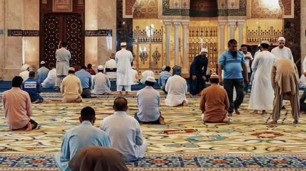 Мусульмане молятся, иллюстративное фото - Sputnik Узбекистан