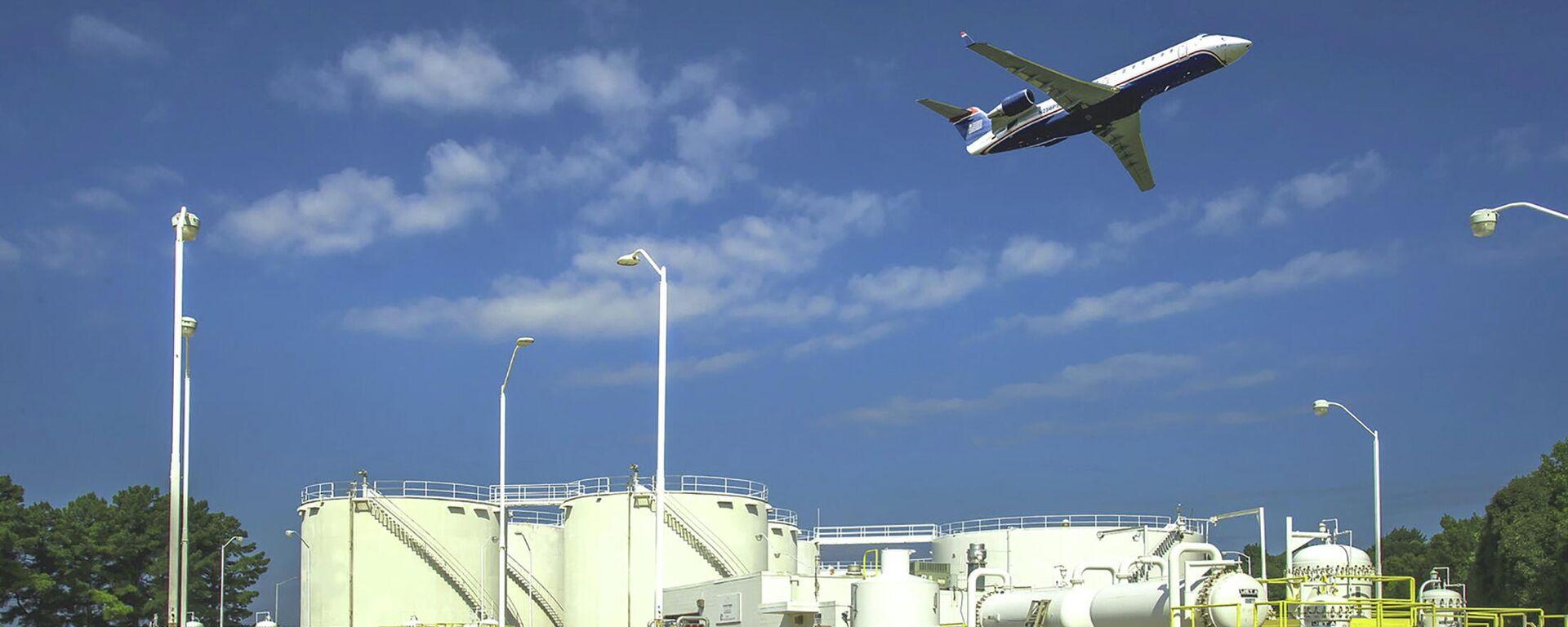 Топливные резервуары компании Colonial Pipeline в аэропорту города Шарлотт, США бензин компанияси  - Sputnik Ўзбекистон, 1920, 12.05.2021