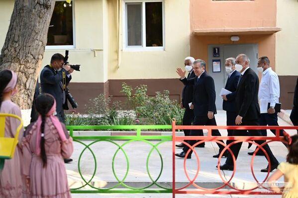 Shavkat Mirziyoyev Toshkentdagi mahallalardan birida - Sputnik Oʻzbekiston