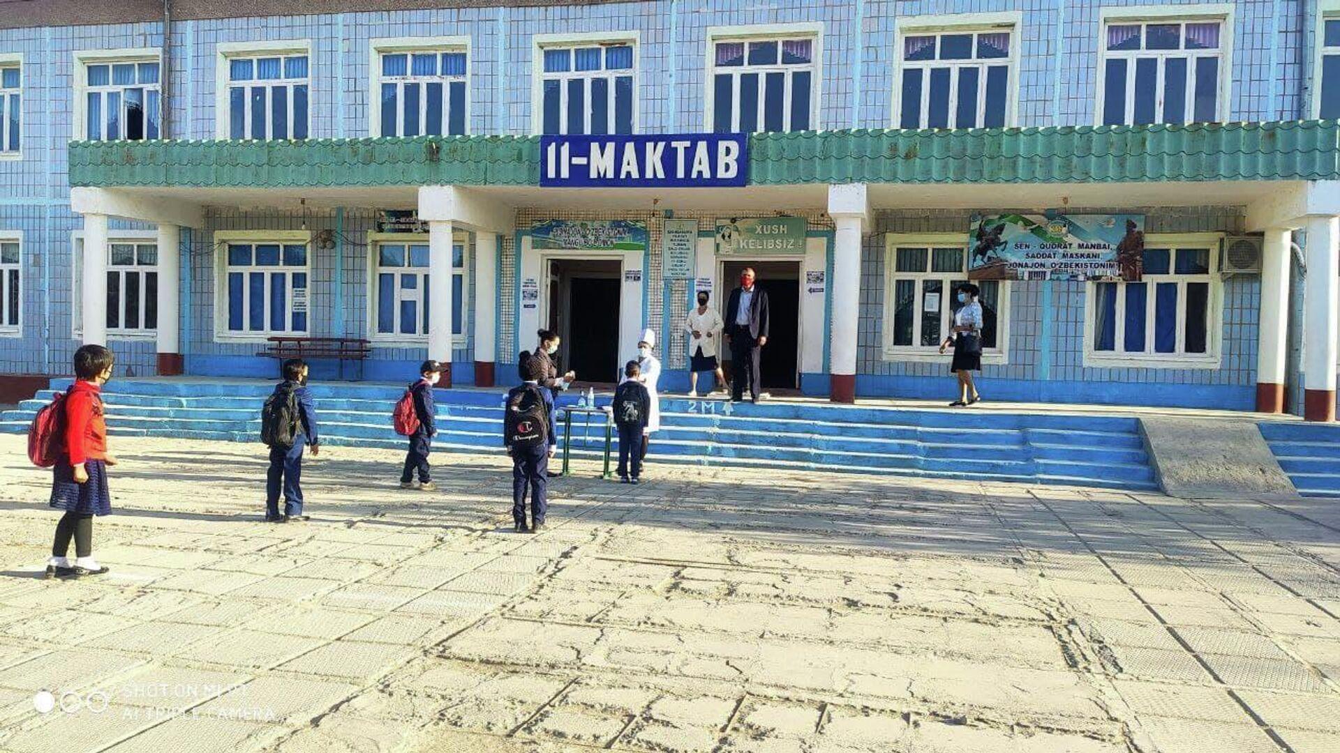 Директор, которого восстановили в должности после незаконного увольнения, встречает учеников - Sputnik Узбекистан, 1920, 17.05.2021