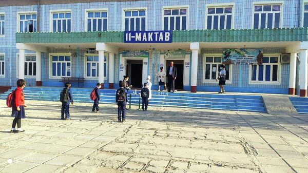 Директор, которого восстановили в должности после незаконного увольнения, встречает учеников - Sputnik Узбекистан