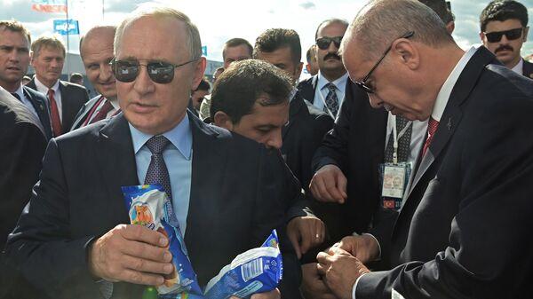 Президент РФ Владимир Путин и президент Турции Реджеп Тайип Эрдоган покупают мороженое во время посещения Международного авиакосмического салона МАКС-2019. - Sputnik Узбекистан