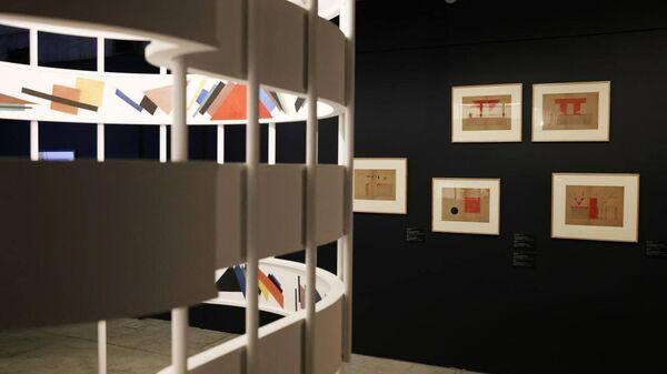Выставка художника-супрематиста Ивана Кудряшова в Третьяковской галерее в Москве - Sputnik Узбекистан